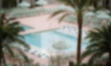 HotelSorprendente complejo de casinos con una colección de quién es quién de famosos restaurantes de chef y piscinas inspiradas en la Riviera francesa