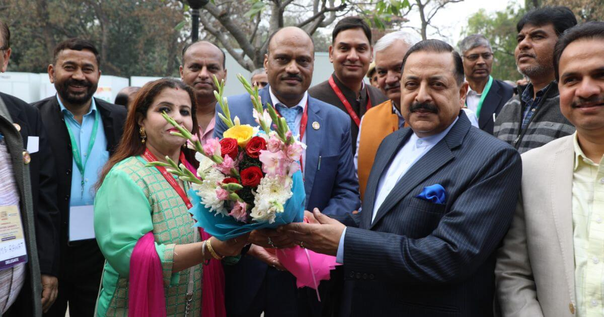Chief Guest Hon'ble Dr. Jitendra Singh, Minister of State, PMO and Personnel Public Grievances & Pensions is welcomed by Shri Mukesh Kumar, Managing Director and Smt. Parameshwari Bagri, Chairperson, Kendriya Bhandar
