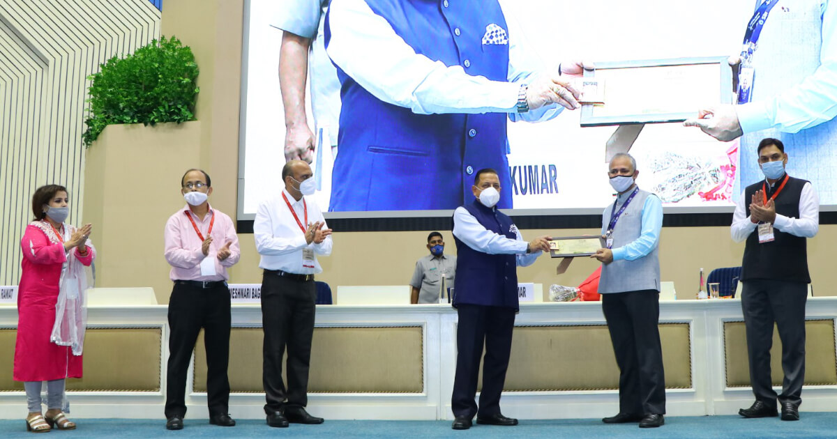 Team State Bank of India being felicitated by Chief guest Hon'ble Dr. Jitendra Singh