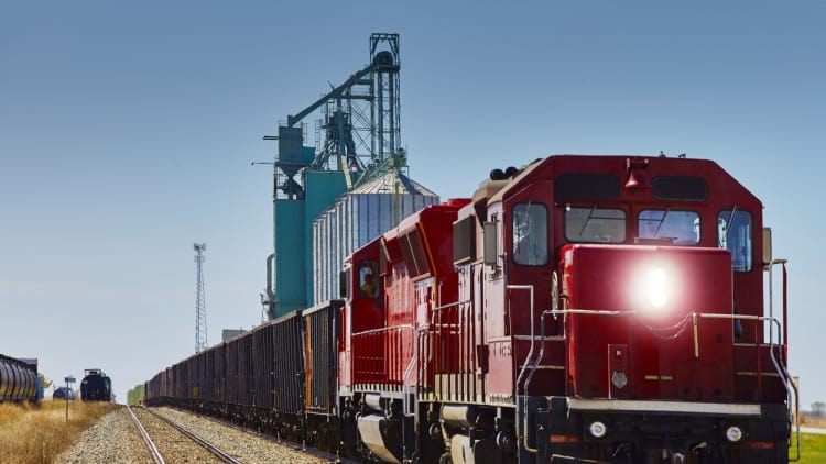 Judge reverses himself to reject rail freight class