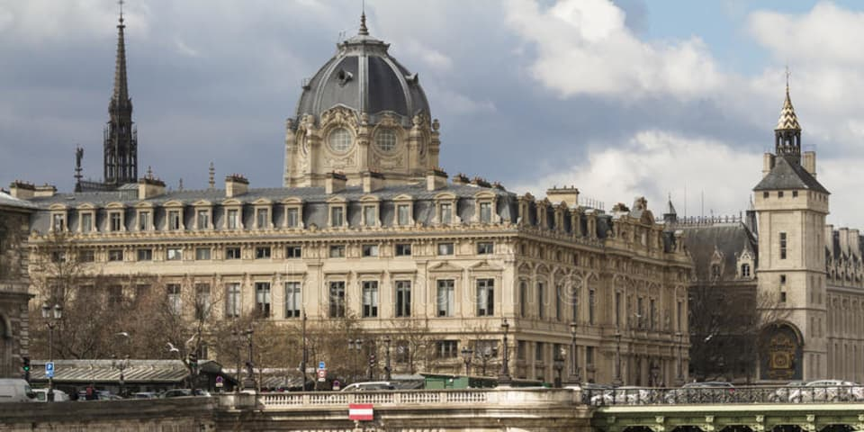 Paris's English-speaking court meets with mixed response