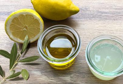 Bathing nails in Mas de la Dame olive oil