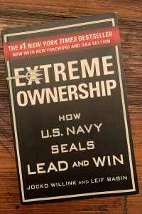 book cover of Extreme Ownership: How U.S. Navy Seals Lead and Win