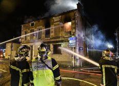 Un incendie brûle une maison entière