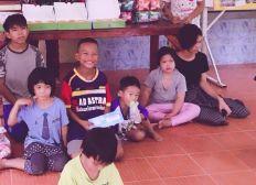 Waisen-Kinderdorf in Pathum Thani, Thailand - GLÜCKLICHE Kinderaugen