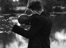 Un violon au bout des doigts.