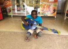 Helfen Sie Samuel auf eigenen Beinen zu stehen