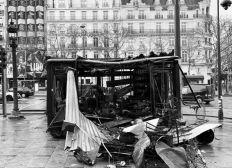 Le vendeur de journaux des Champs Elysées