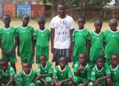 Offrir un équipement de foot aux enfants du bidonville de Baba Dogo à Nairobi