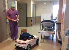Des voiturettes pour emmener les enfants au bloc opératoire