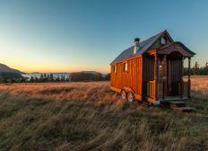 Une petite maison mobile dans la prairie