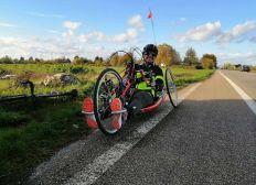Continuons à aider Sébastien à maintenir sa mobilité, grâce à son handbike, une alternative au vélo classique, qui suscite l'achat et l'entretien d'accessoires particuliers