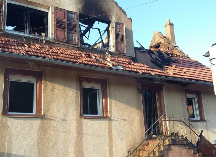 Maison détruite par les flammes