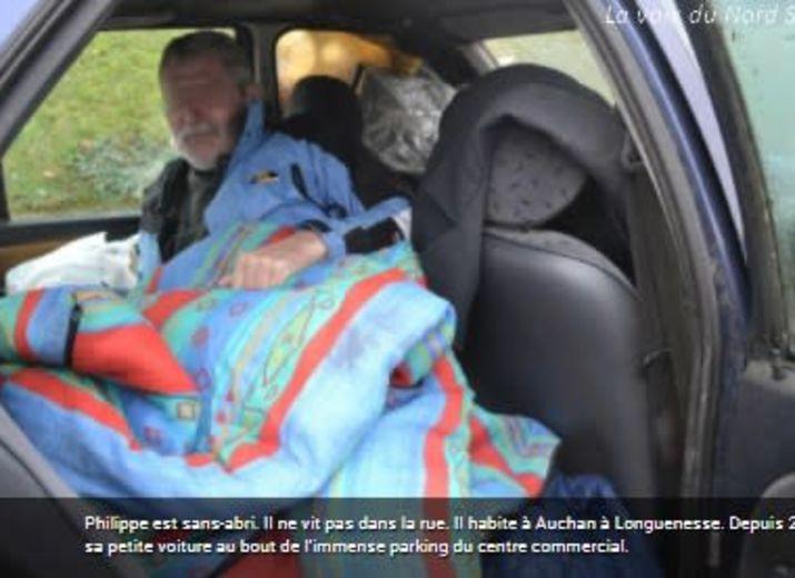 Philippe travaille, mais « habite à Auchan » depuis 2011, dans sa voiture au bout du parking