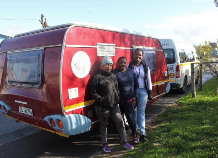 Drei Frauen, ein Bus - Mobil gegen HIV