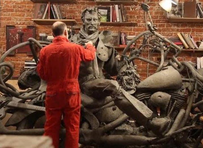 Une statue de Johnny Hallyday sur sa moto à Linas