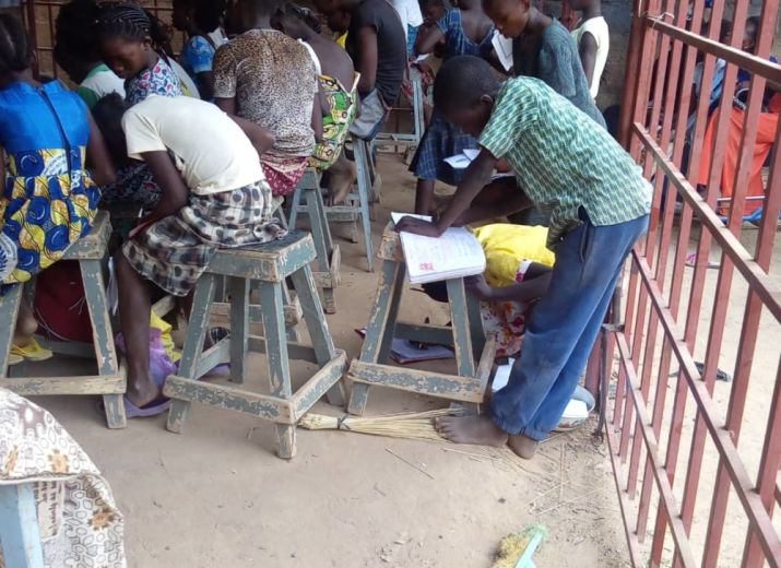 Fournitures scolaires et mobilier pour enfants défavorisés à Ouagadougou