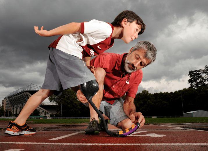 Ensemble pour donner des prothèses aux enfants handicapés