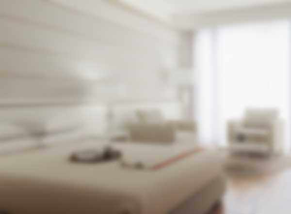 Bett und living area von der Lefay Resort & SPA Lago di Garda Deluxe Junior Suite