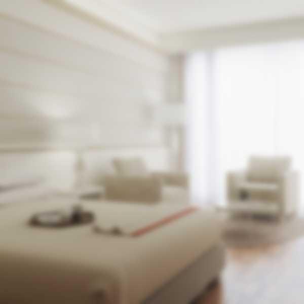 Кровать и гостиная в Deluxe Junior Suite (номер полулюкс Делюкс) отеля Lefay Resort & SPA Lago di Garda