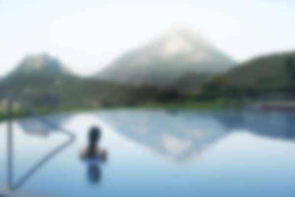 Aussicht über den Pizzolo Berg von Lefay Resort & SPA Lago di Garda Innen – und Außenschwimmbad