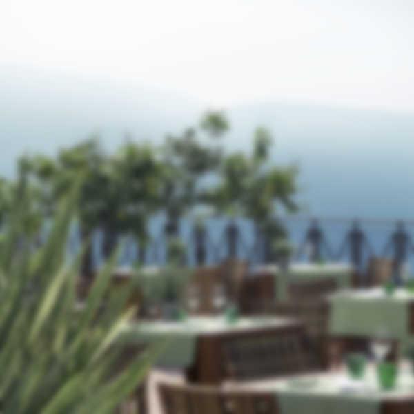 """Terrazzo del ristorante """"Trattoria La Vigna"""" di Lefay Resort & SPA Lago di Garda"""