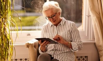 4 signs you need reading glasses