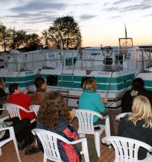 Leos und Bewohner auf Hausbootfahrt in Frankreich