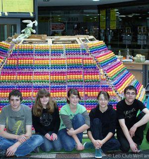Ostereierpyramide mit 12.000 Eiern