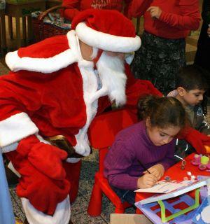 Alle Jahre wieder, auch im Jahr 2010: Leos verteilten als Weihnachtsmänner und Engel zentnerweise Süßigkeiten
