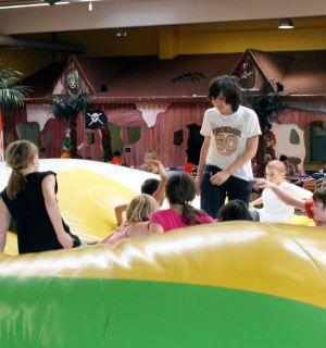Leo-Club lädt 29 Kinder ins OKIDOKI ein