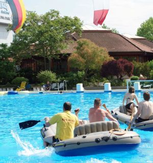 Leos mit Schlauchbooten bei der Eröffnung des Weiler Freibads