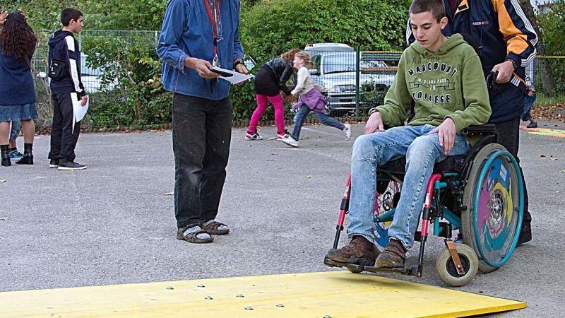 Rollstuhlparcours beim Fest Miteinander