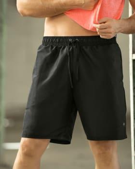 pantaloneta deportiva con acabado antifluidos y bolsillos funcionales-700- Negro-MainImage