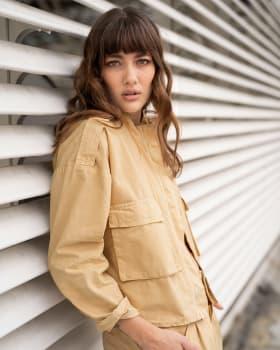 chaqueta de silueta amplia con bolsillos funcionales frontales-819- Habano-ImagenPrincipal