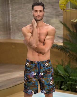 pantaloneta de bano masculina elaborada con material de pet reciclado con mayor cubrimiento-678- Estampado Camuflado-MainImage