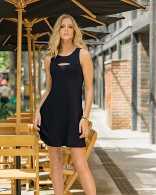 vestido corto silueta semiajustada con abertura en escote-700- Black-MainImage