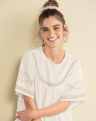 blusa manga corta con detalle estilo bordado en el frente y mangas-018- Marfil-MainImage