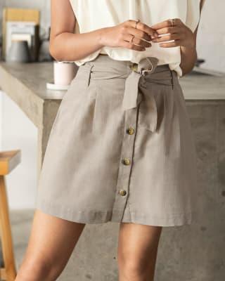 falda corta con botones en frente y cinturon anudable-084- Arena-MainImage
