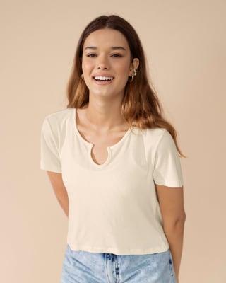 camiseta crop manga corta con detalle en escote y tejido acanalado-018- Marfil-MainImage