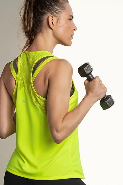 Camiseta deportiva con malla y estampado reflectivo en pecho