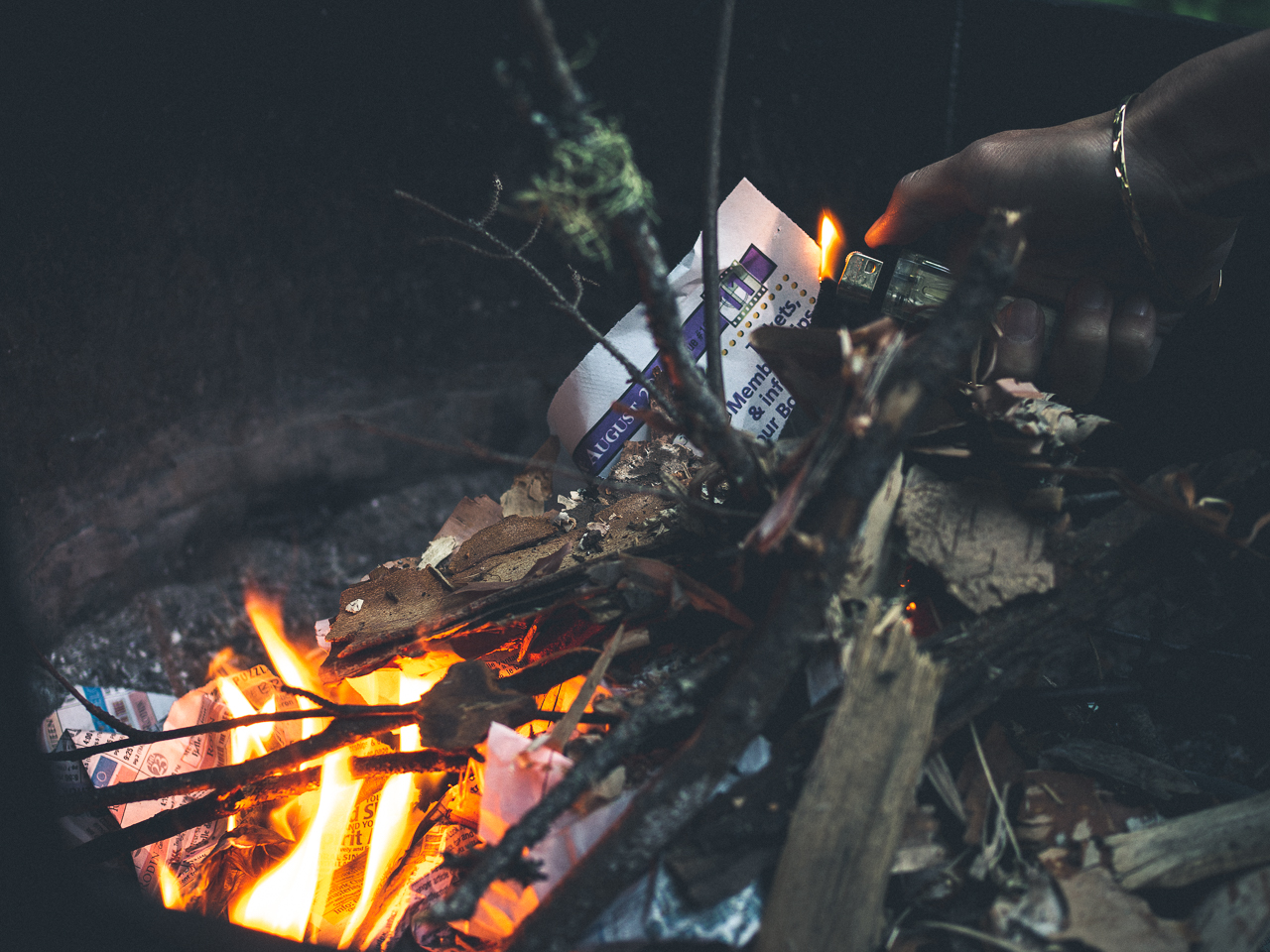 du papier journal et du feu
