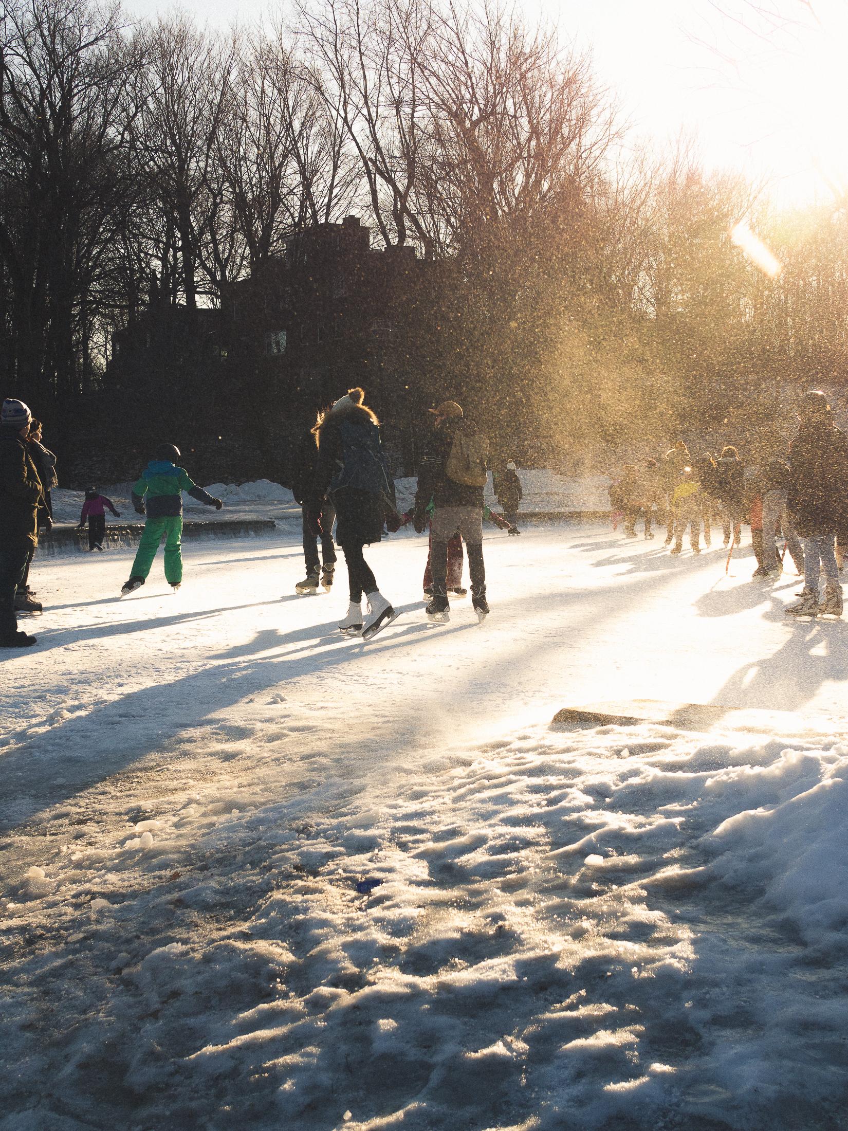 patineurs à glace sous le soleil