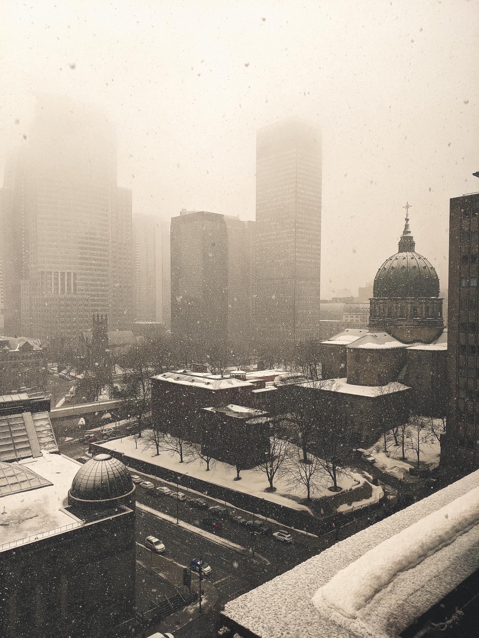 le centre-ville de Montréal sous une tempête de neige