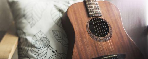 Titelbild von des Blogartikels Gitarre lernen für Anfänger: 4 Tipps für schnelle Fortschritte