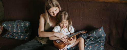 Titelbild von des Blogartikels Wie Musikunterricht dein Kind positiv beeinflusst