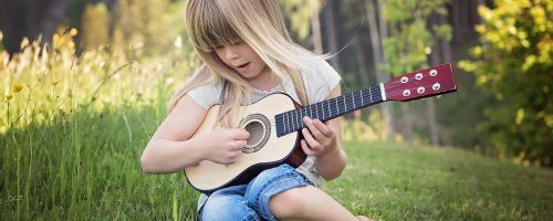 Titelbild von des Blogartikels Gitarrenunterricht für Kinder: wichtige Fragen vorab geklärt
