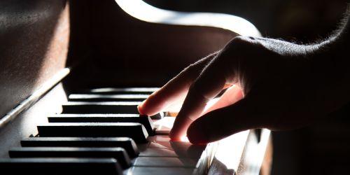 Titelbild von des Blogartikels Klavier lernen: 5 Tipps für Kinder und Erwachsene