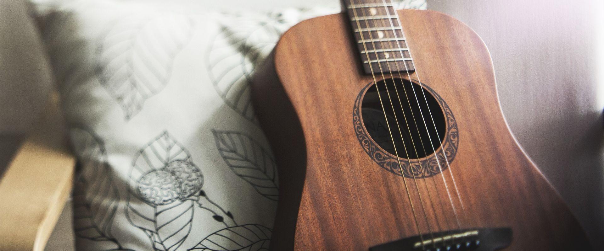 Titelbild des Blogartikels Gitarre lernen für Anfänger: 4 Tipps für schnelle Fortschritte
