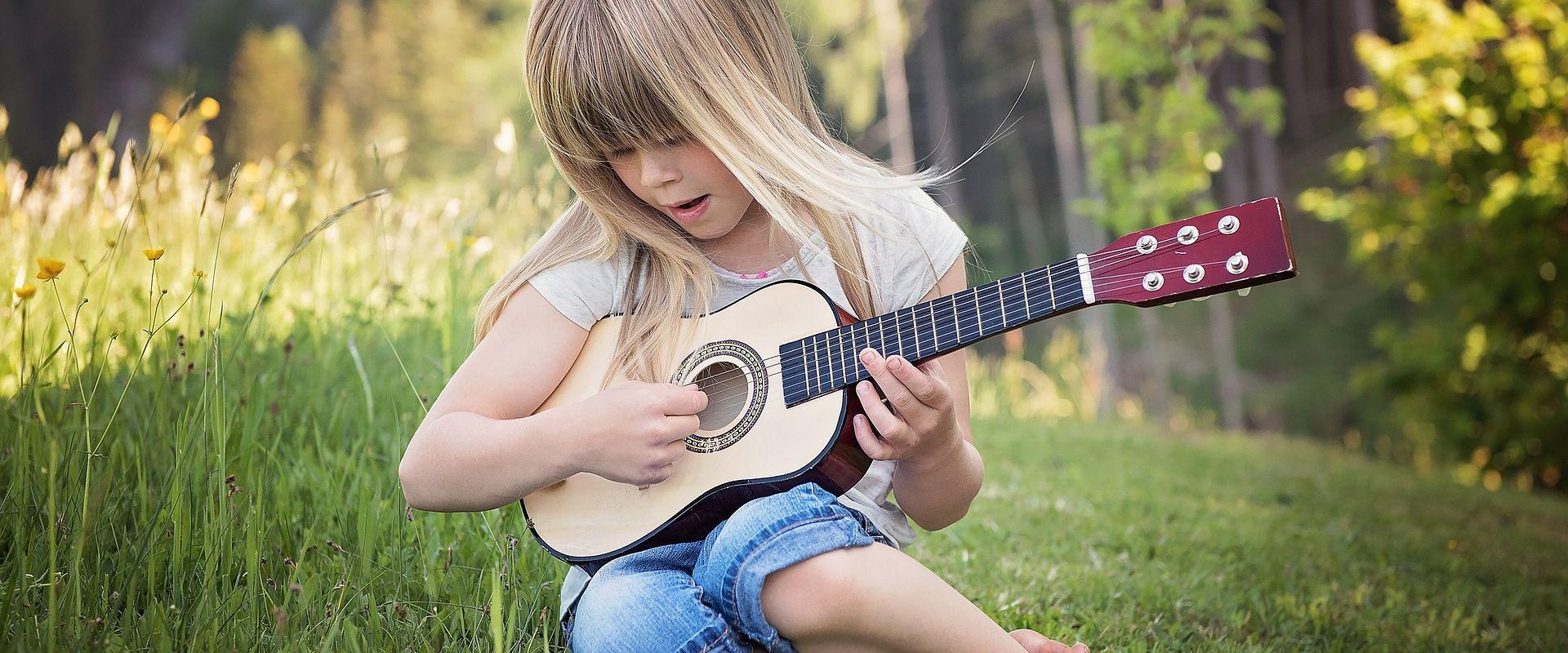 Titelbild des Blogartikels Gitarrenunterricht für Kinder: wichtige Fragen vorab geklärt